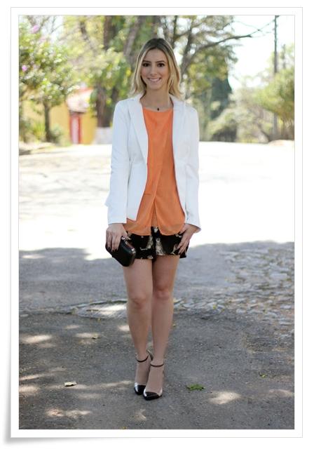 look-da-onca-unbout-inspired-miezko-blazer-branco-regata-laranja-macacao-usado-como-short