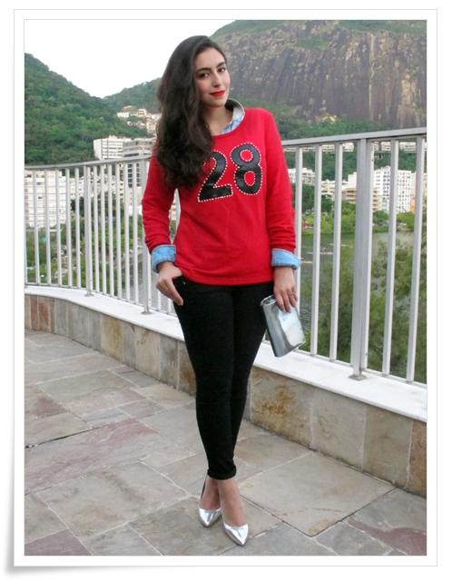 look-do-dia-gatabakana-moletom-e-calca-cropped-bordado-numero-camisa-jeans-scarpin-cromado